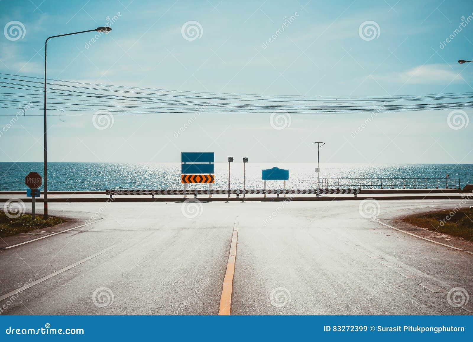 Rowerowy pas ruchu z Seascape punktem widzenia droga wzdłuż morza przy Kung Wiman zatoką