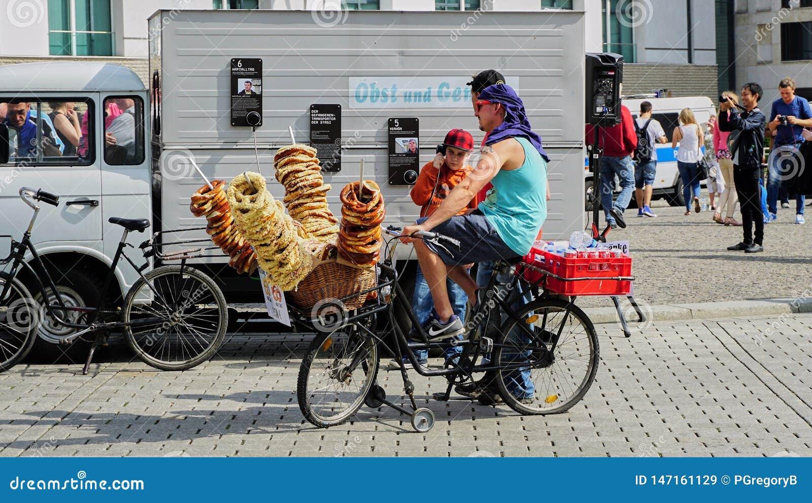 Rowerowy sprzedawca sprzedaje precle w Berlińskim Niemcy