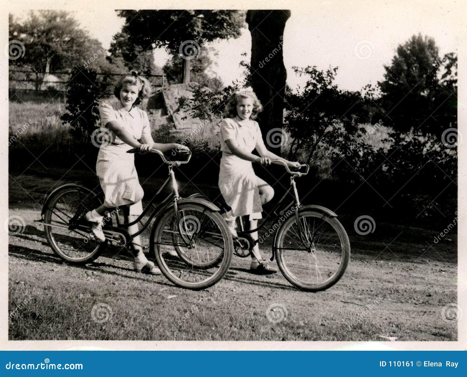Rowery, dwie kobiety.