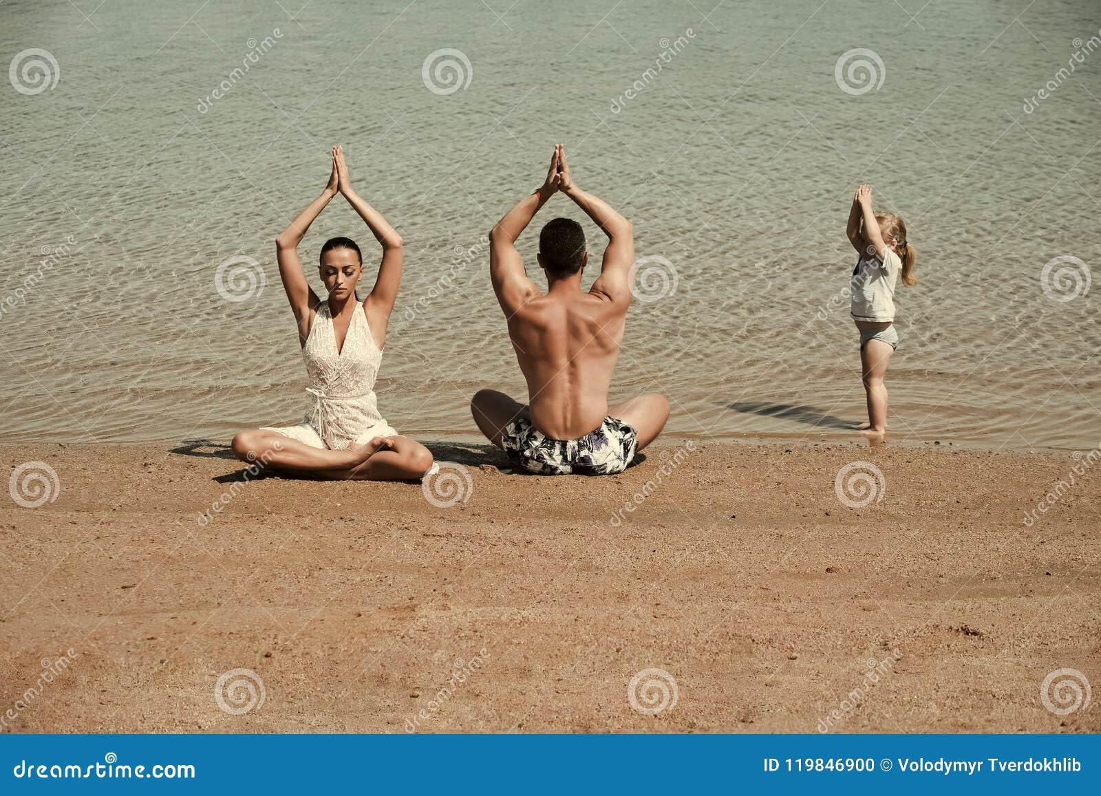Rowery target1781_1_ rodzinnych szczęśliwych dzieciaków szczęśliwy rodziców bawją się dwa Dziecko, mężczyzna i kobieta medytuje,