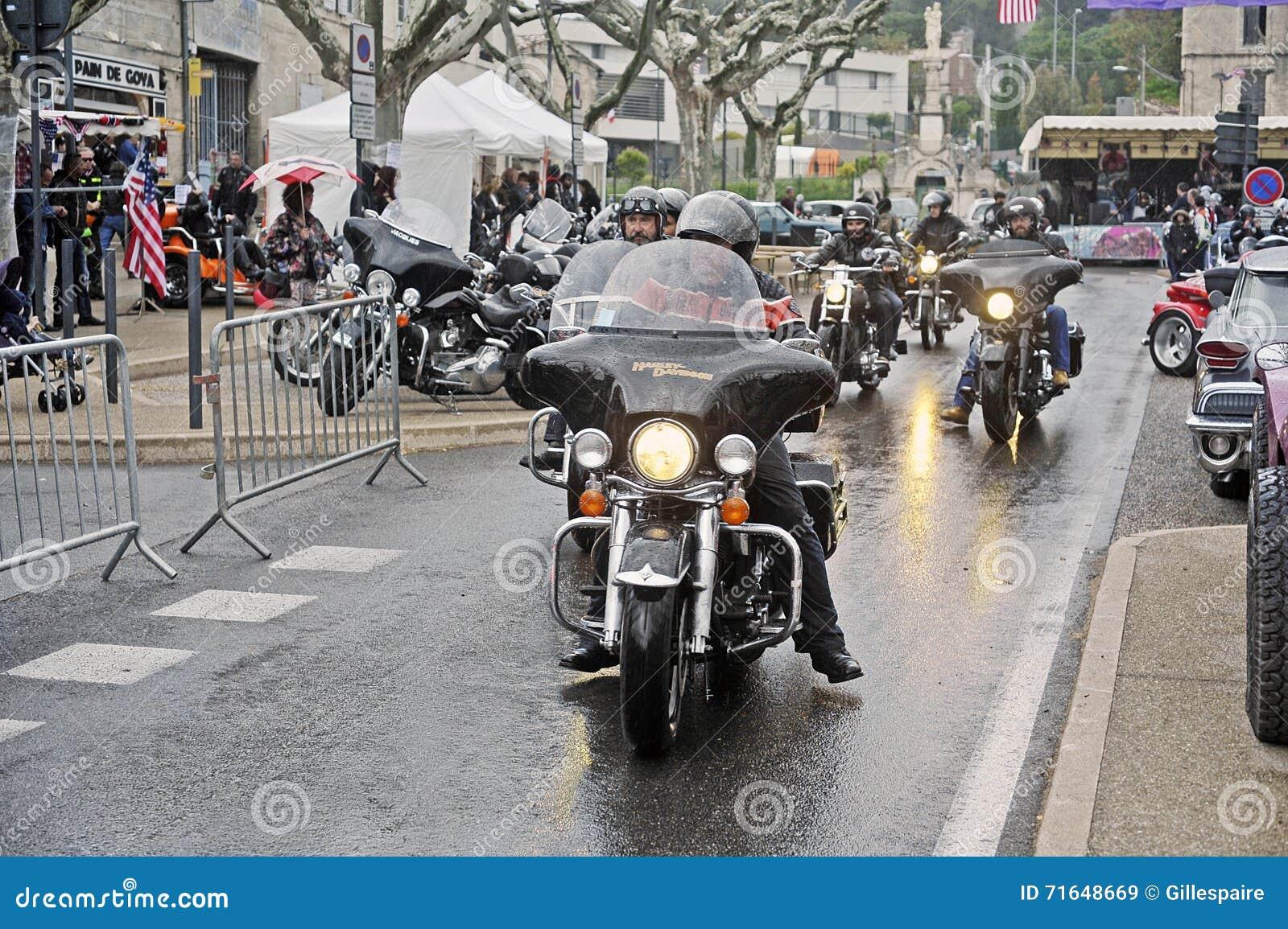 Rowerzyści jedzie w ulewnym deszczu