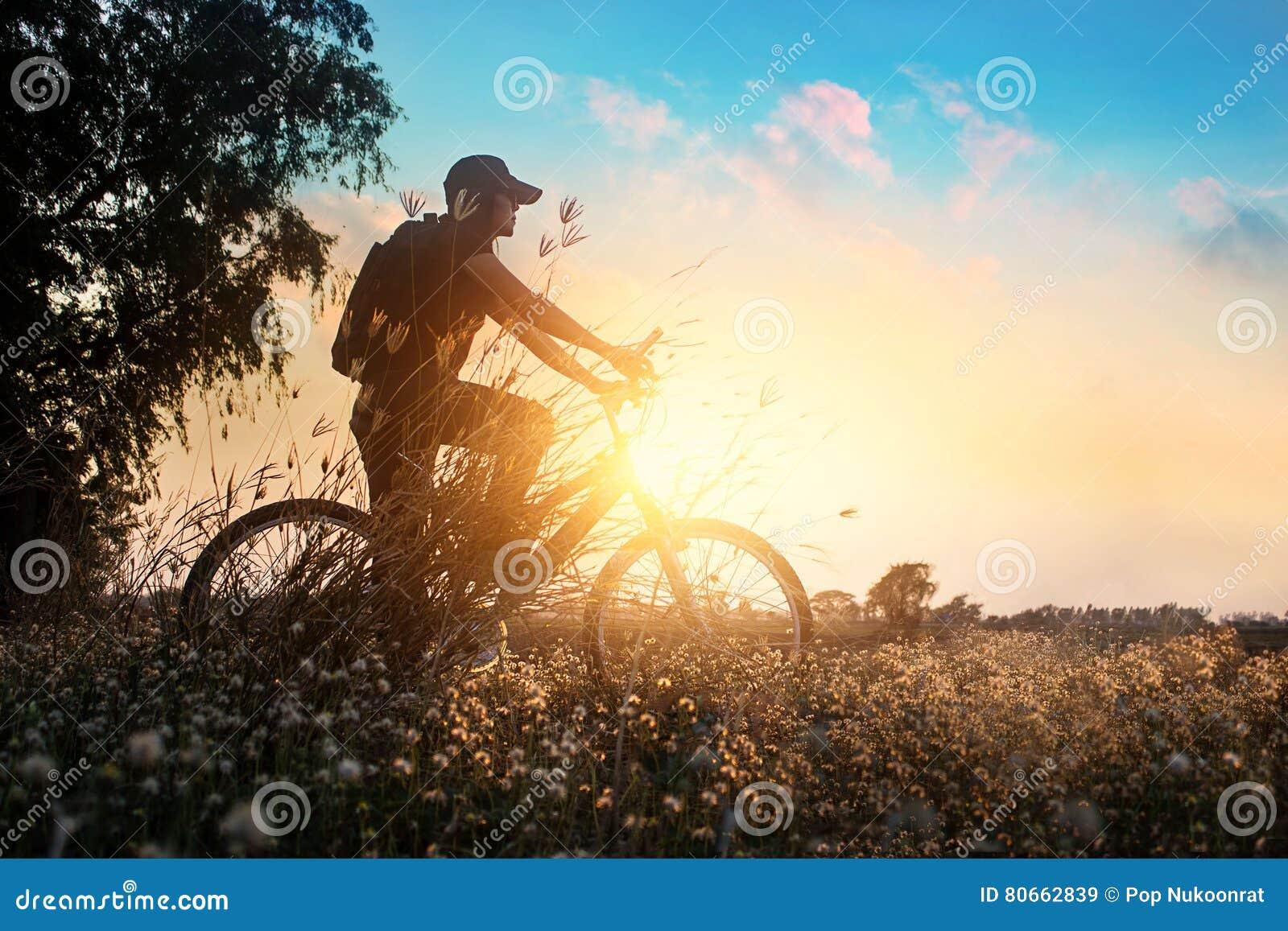 Rowerzysta na rower górski przygodzie w pięknej kwiat naturze lato zmierzch