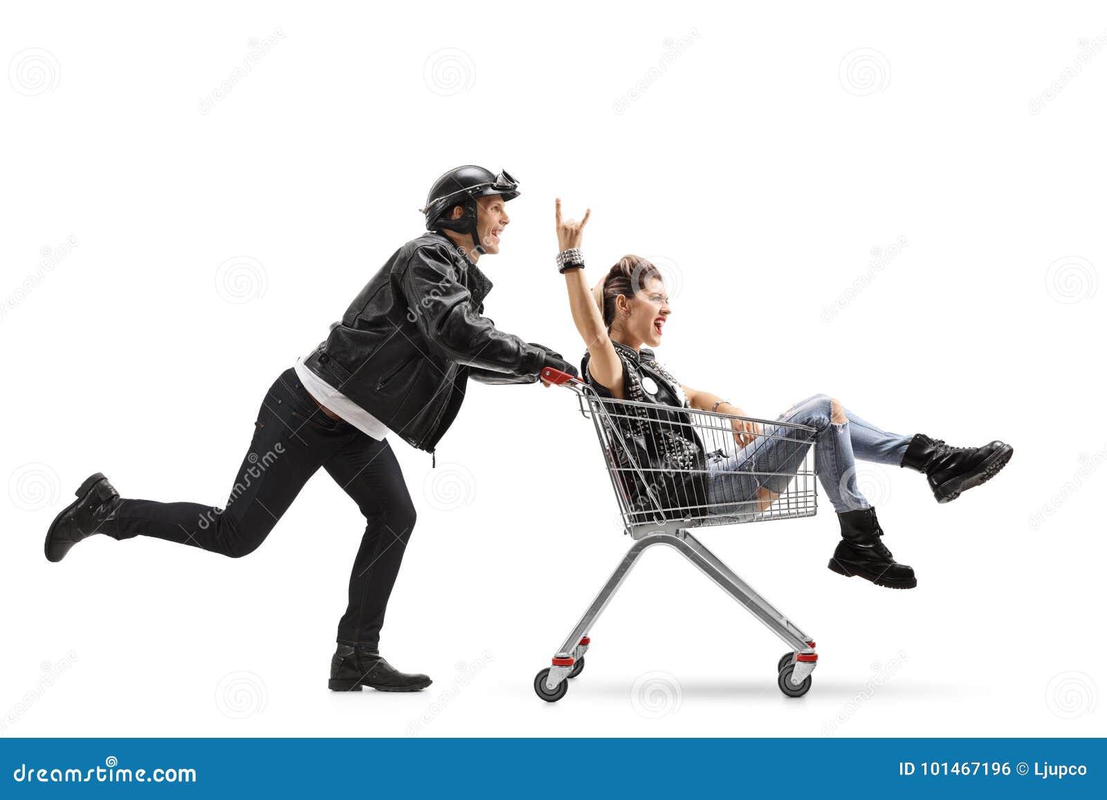 Rowerzysta pcha wózek na zakupy z punkową dziewczyny jazdą inside