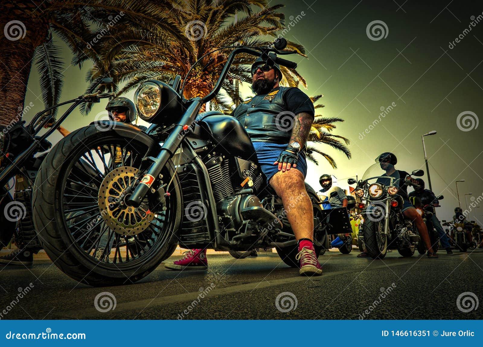 Rowerzysta przygotowywa beszcześcić