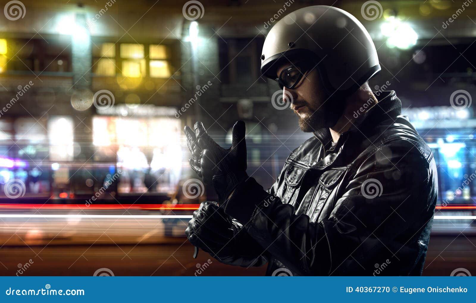 Rowerzysta w nocy mieście