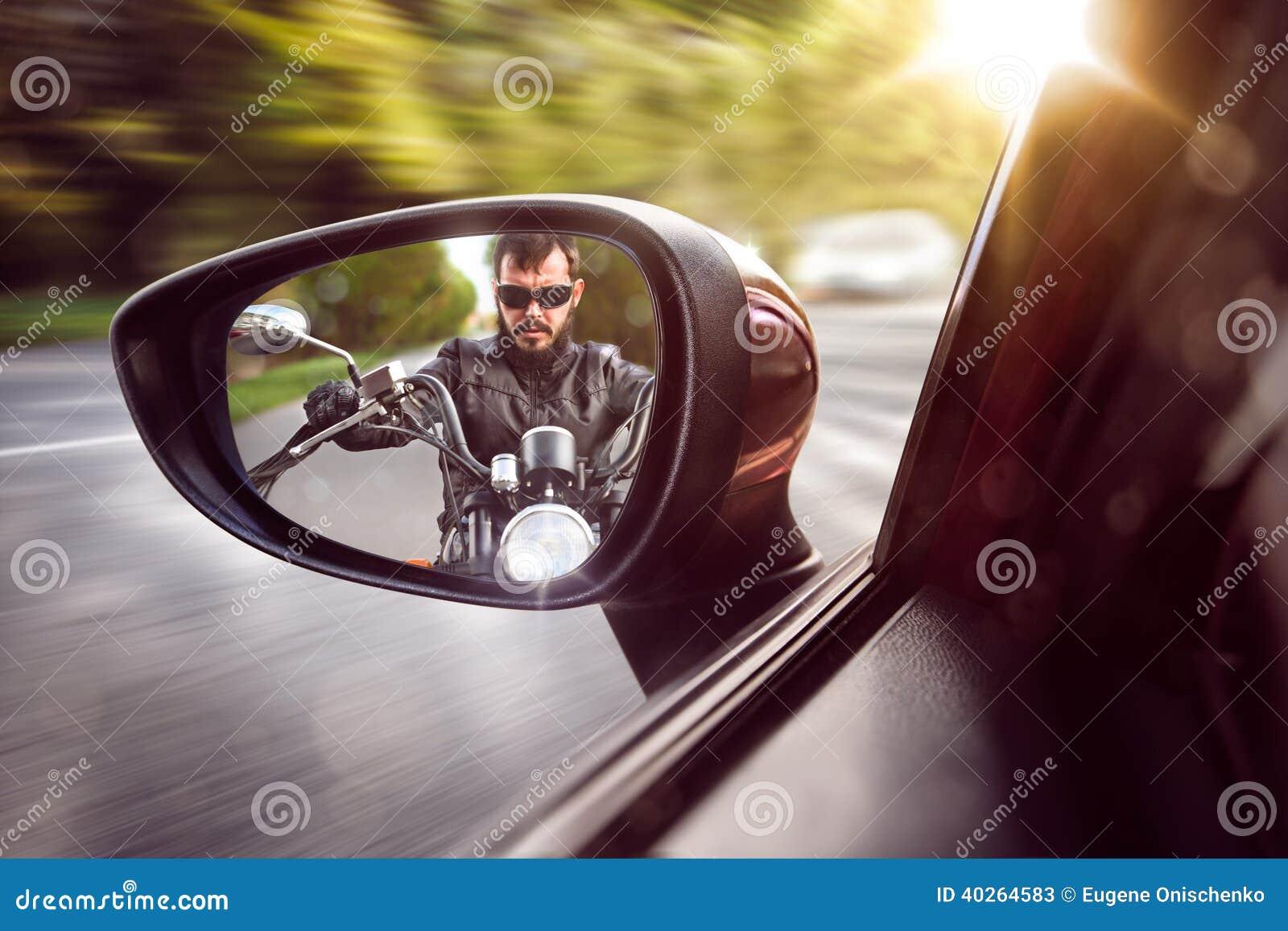 Rowerzysta w tylni widoku