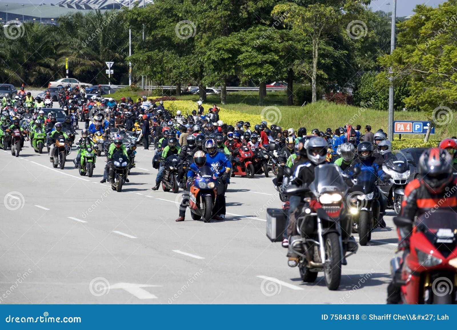 Rowerzysty konwoju motogp