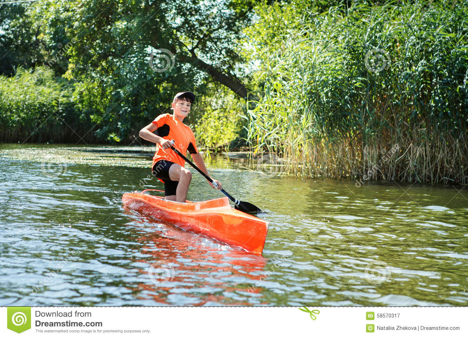 Rowing мальчика в каное на реке