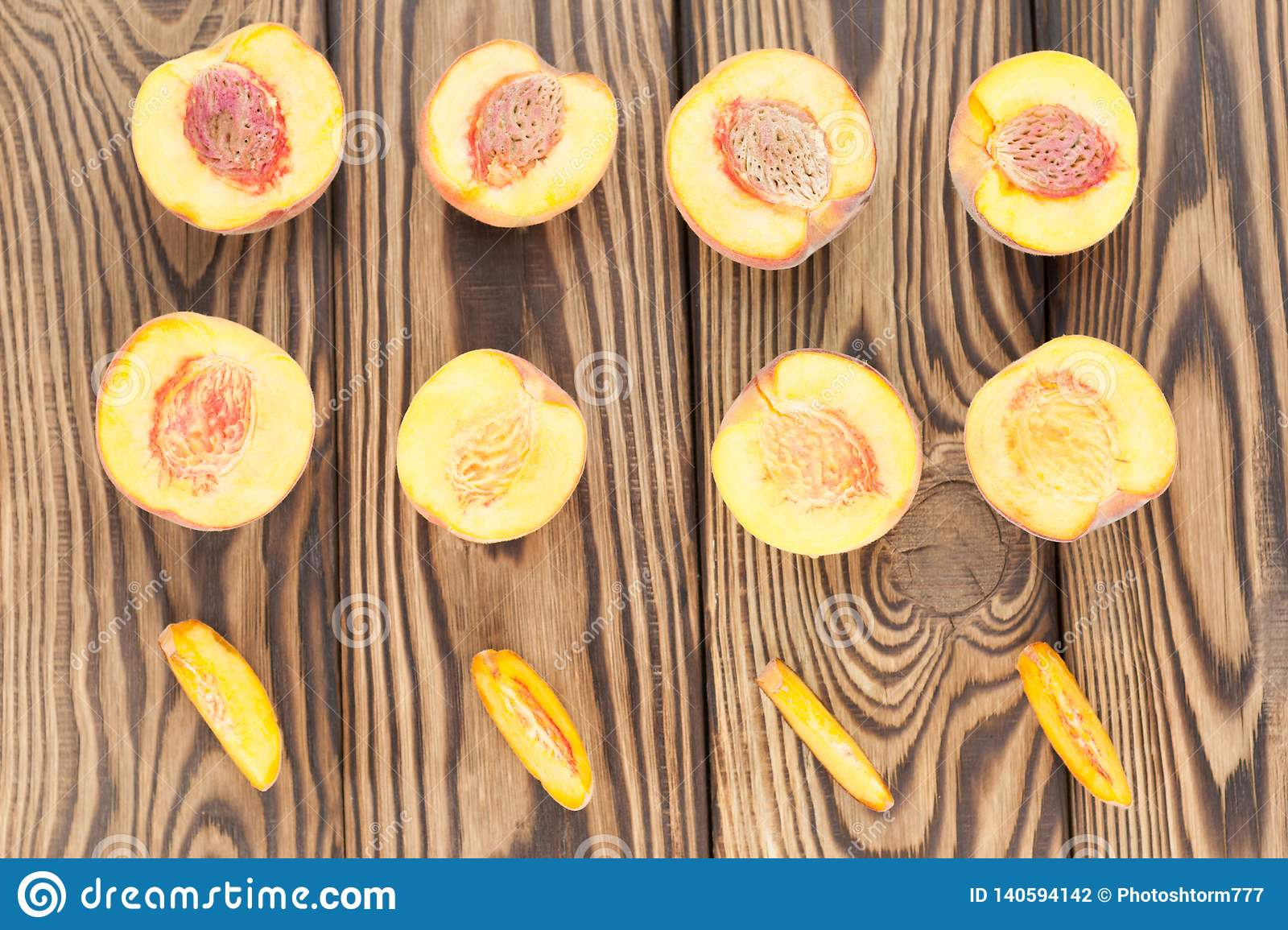Rows of halves of peach and slices of peach