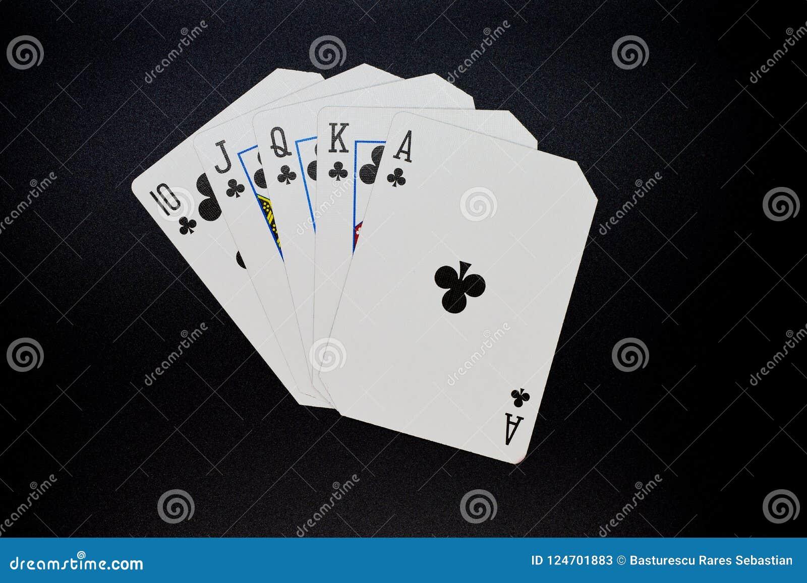 Royal Flush von Vereinen Kasino-Kartenspiel des Pokers im authentischen auf einem schwarzen Hintergrund