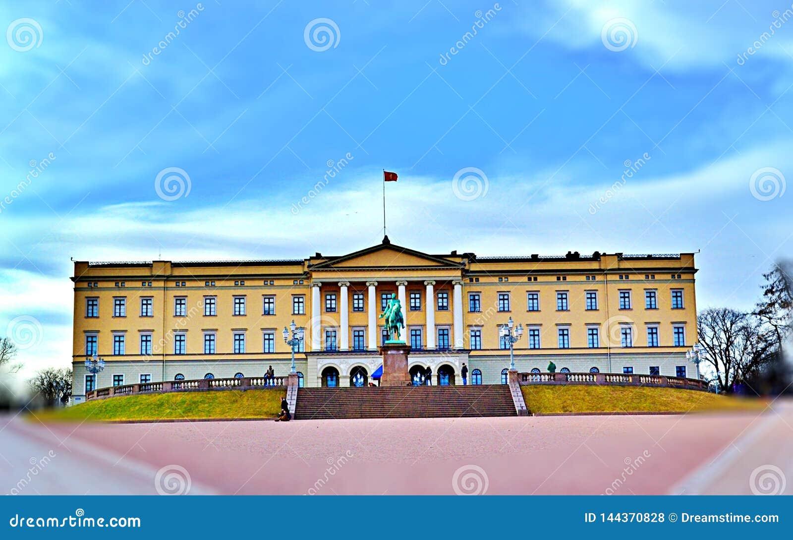 Royal Palace primavera de 2017 em Oslo, Noruega no meio do dia -