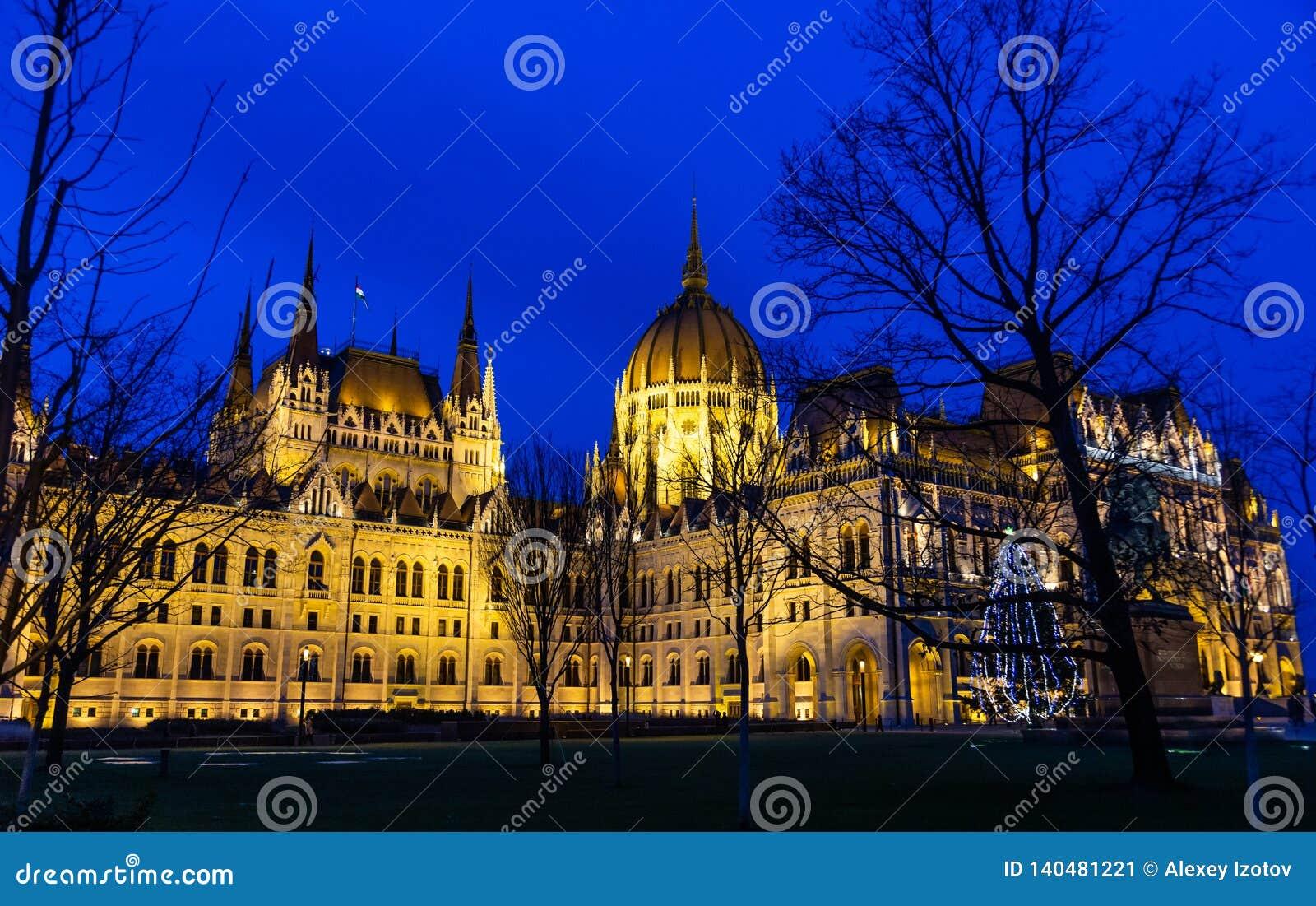 Royal Palace, slotten, som inhyser den ungerska National Gallery och framlägger värdefulla utställningar i natten som in tänder
