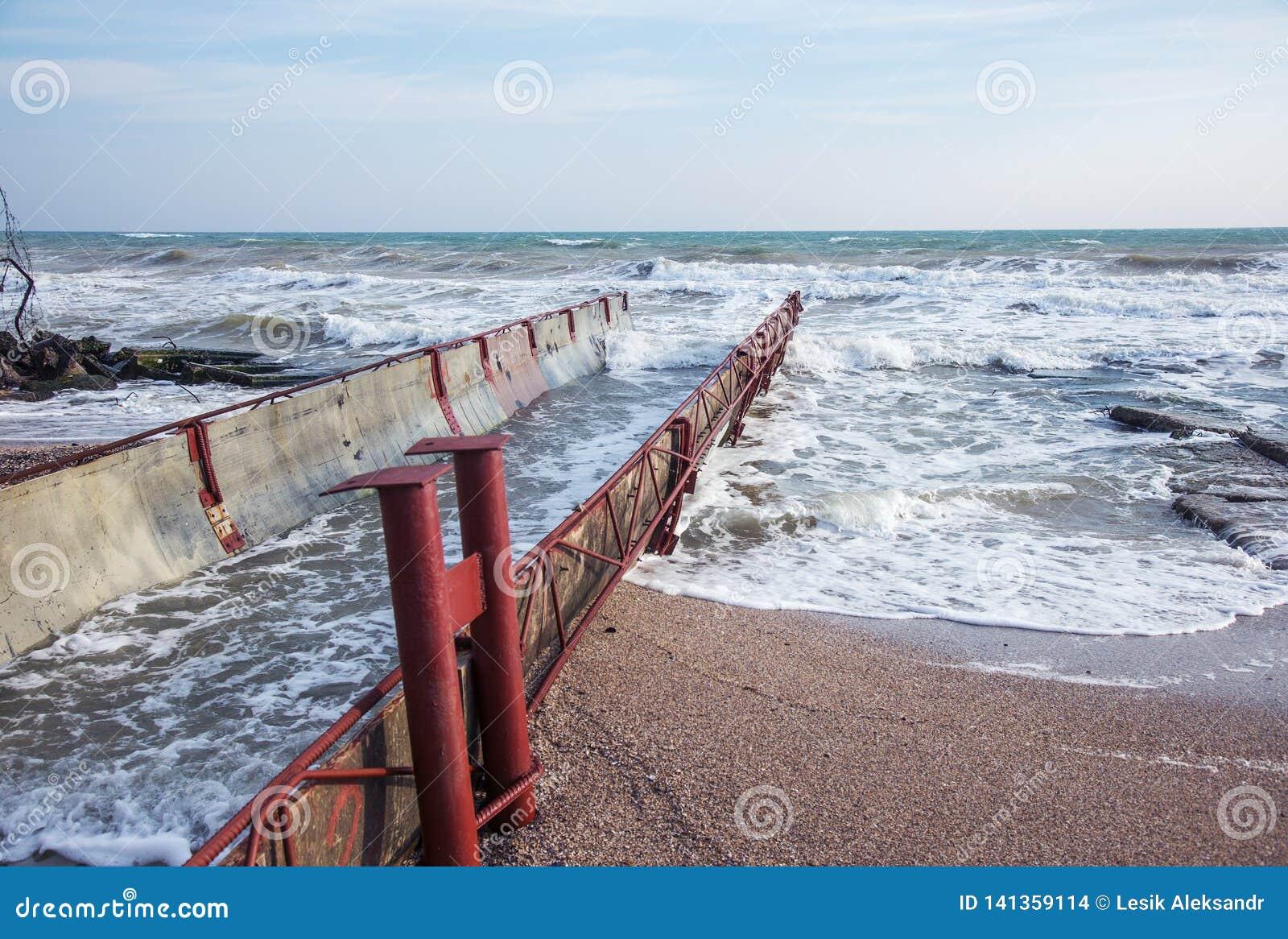 Rozładowanie brudny przemysłowy wastewater w morze Truć rekreacyjny teren rozszerzaniem się choroba, zniszczenie flora i