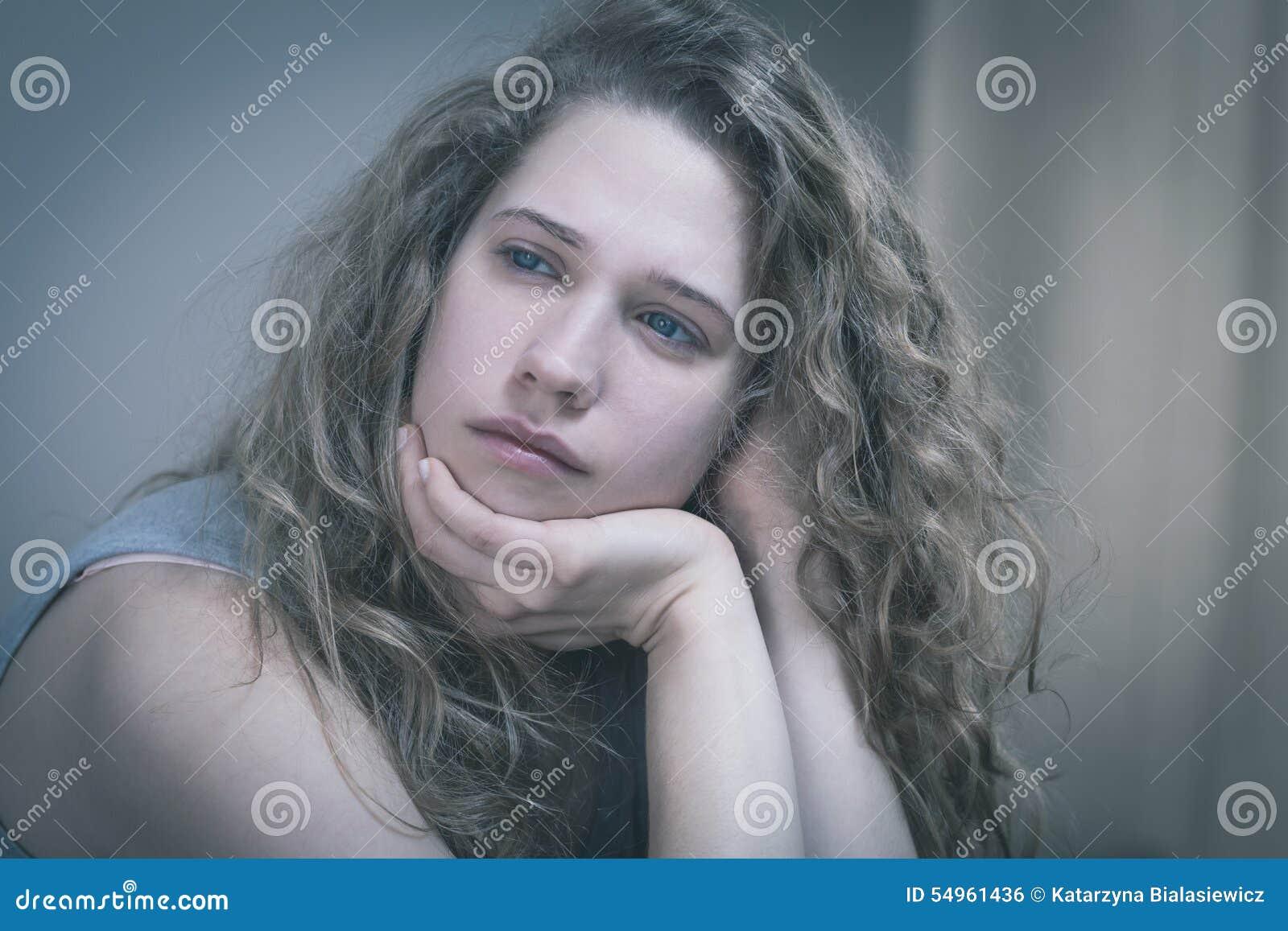 Rozdrażniona młoda kobieta