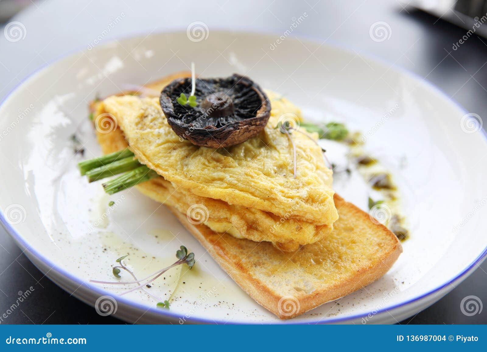 Rozdrapani jajka z chlebowymi asparagusami i pieczarką