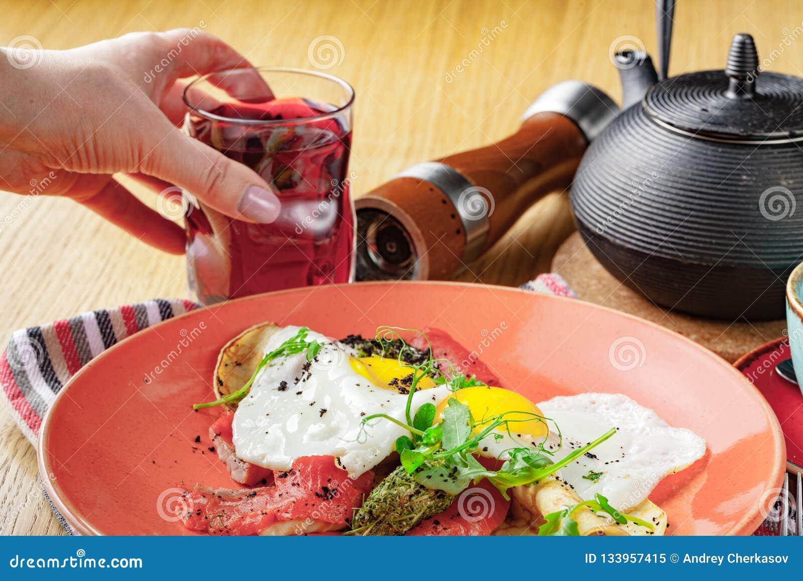 Rozdrapani jajka z uwędzonym łososiem, Śniadaniowy jedzenie