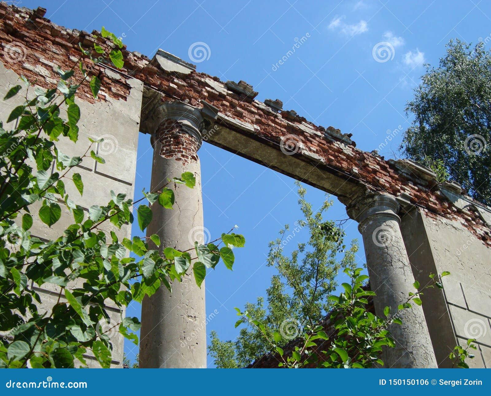 Rozdrobnić ruiny stare szlachetna rezydencja ziemska na jasnym dniu