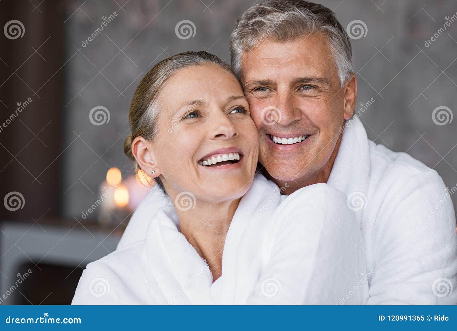 Roześmiany starszy pary obejmowanie przy zdrojem