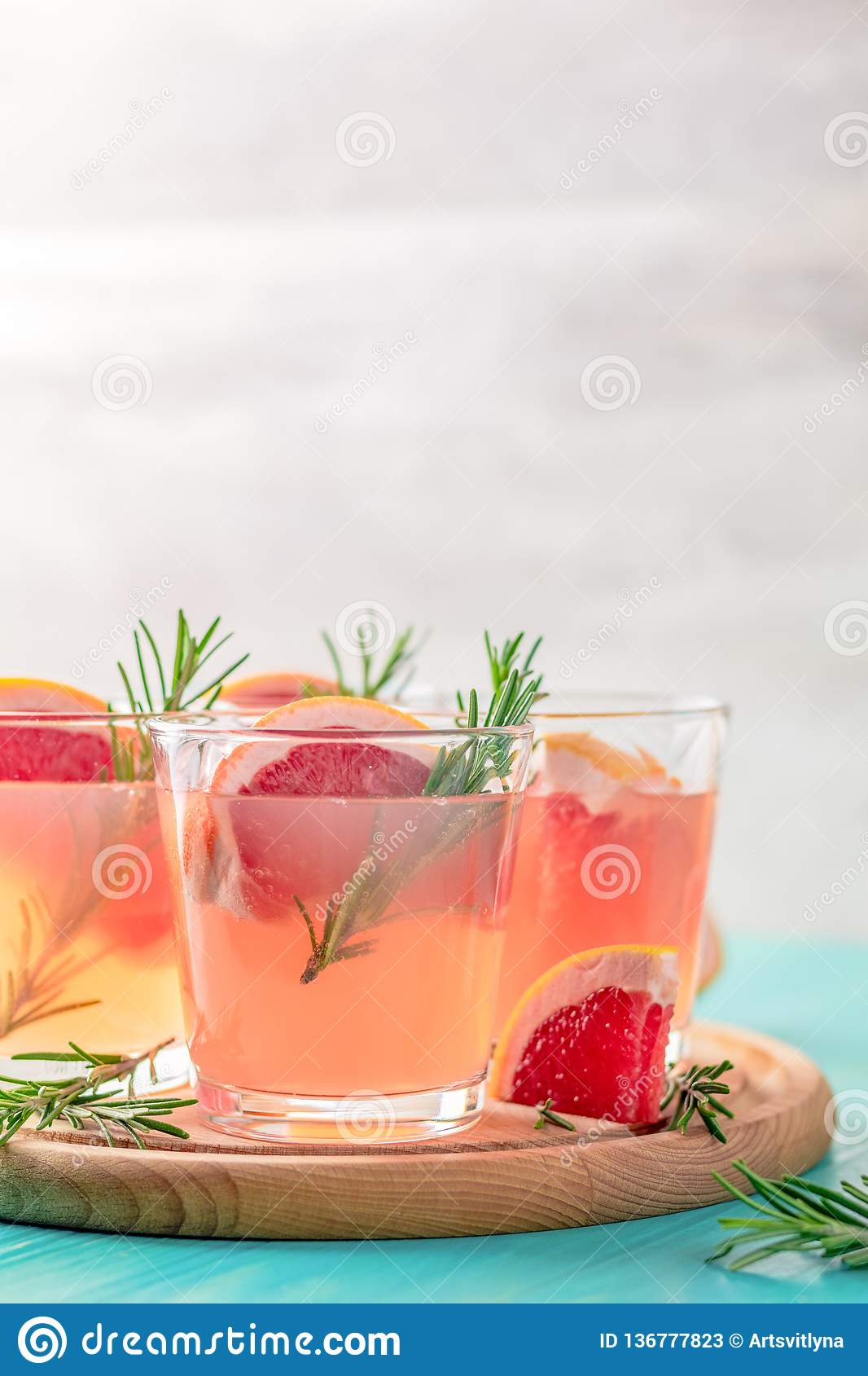 Roze alcoholische cocktail met grapefruit, ijs en munt