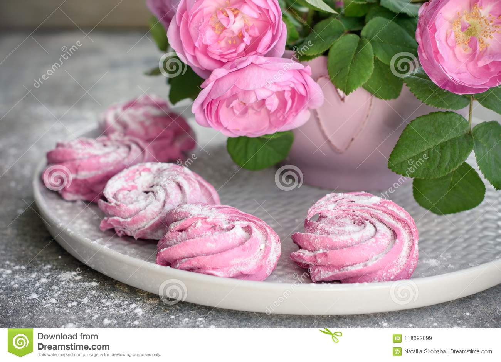 Roze bessenheemst en een boeket van rozen