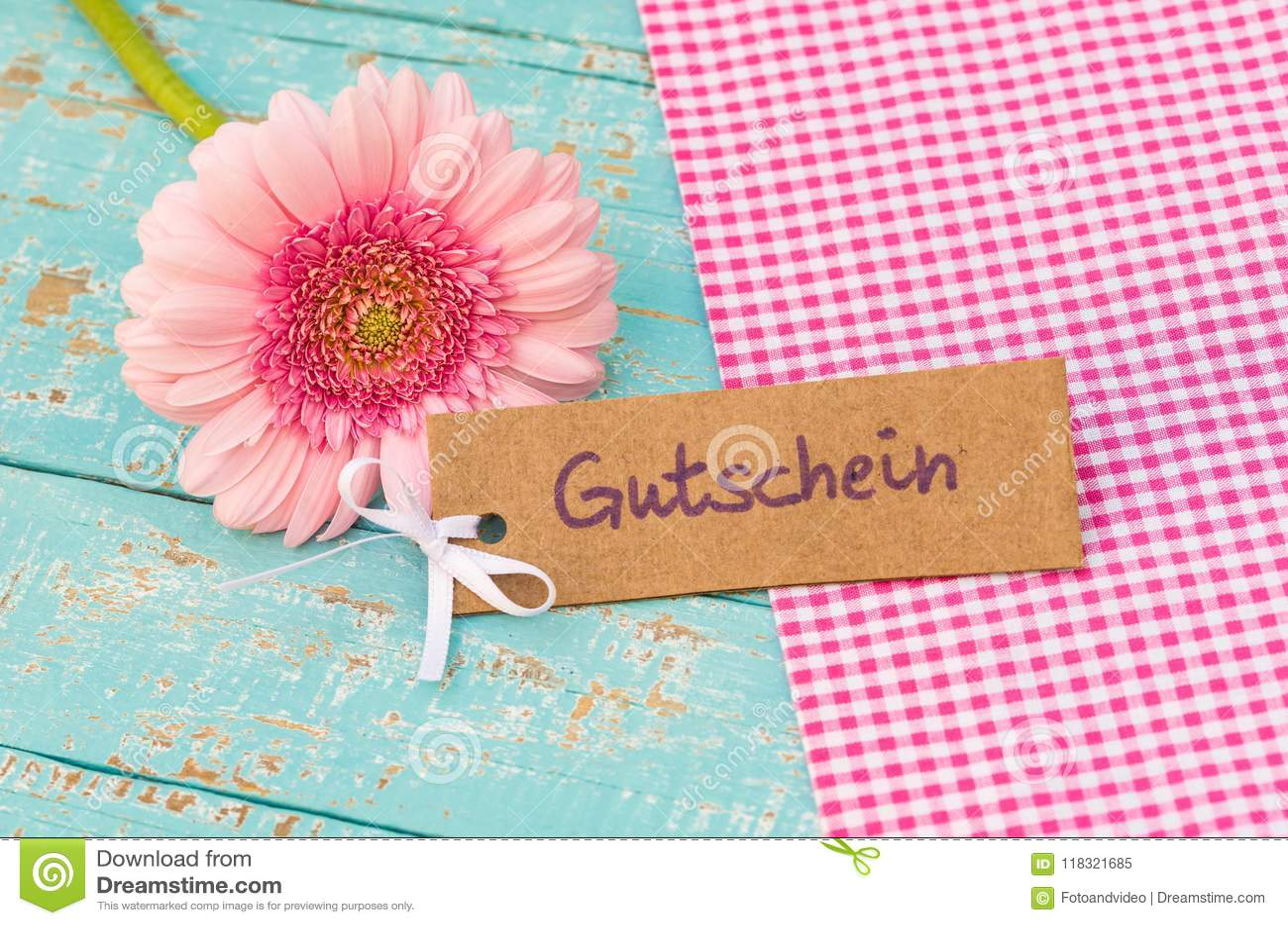 Roze bloesemmarkering met Duitse woord, Gutschein, middelenbon of coupon voor Verjaardag of Verjaardag
