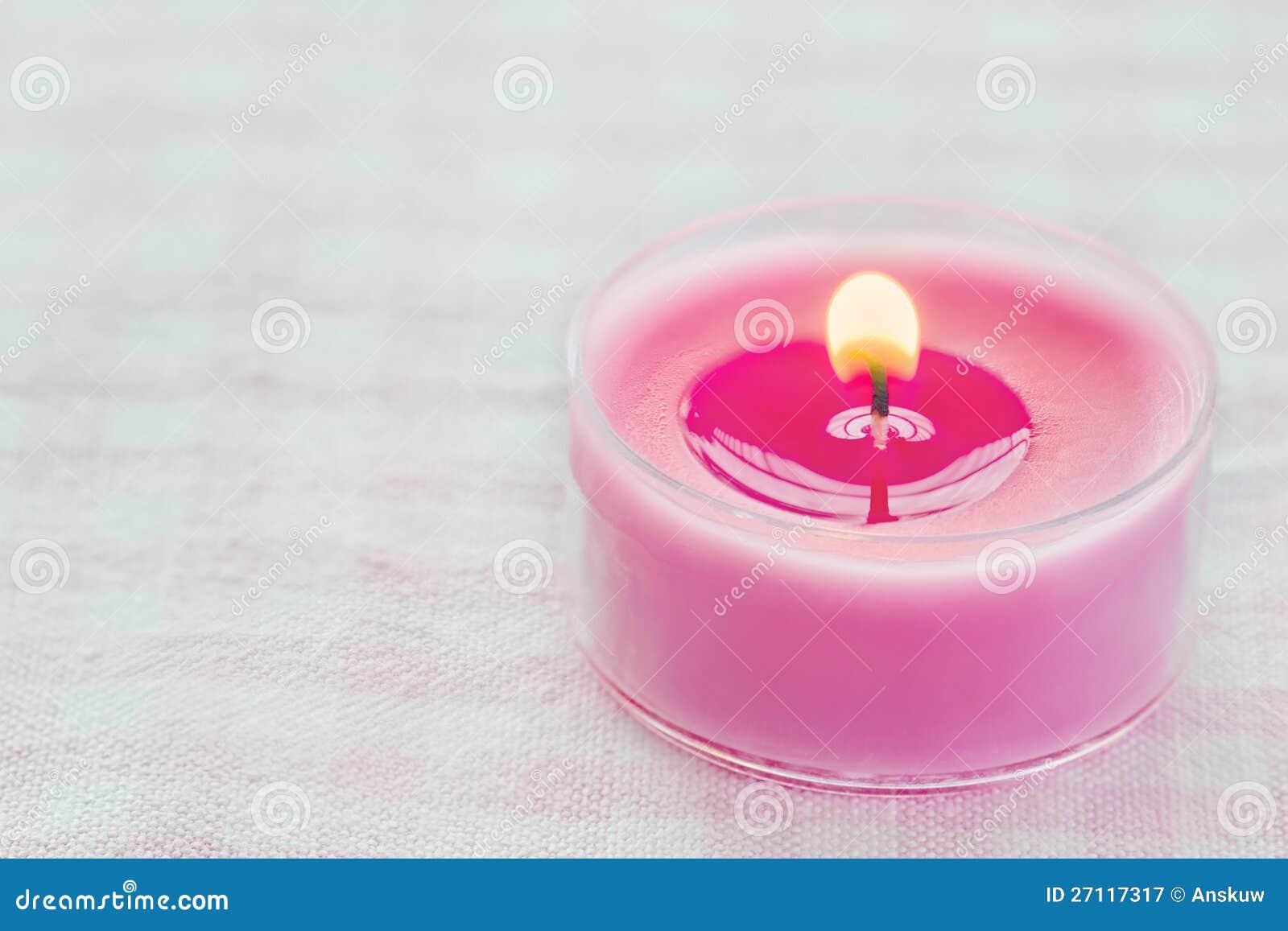 Licht Roze Kaarsen : Roze brandende kaars op een romantische zachte achtergrond stock