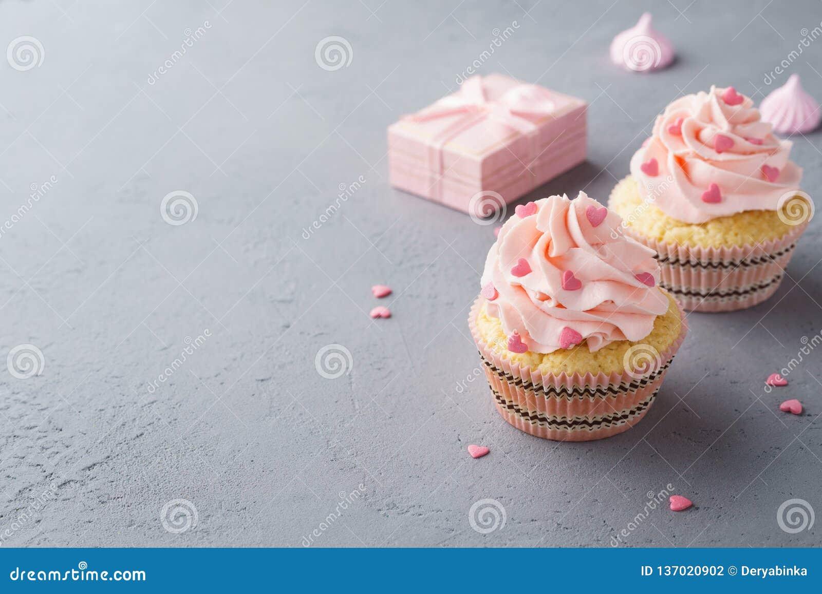 Roze cupcakes met hart gevormd suikergoed voor Valentine' s Dag