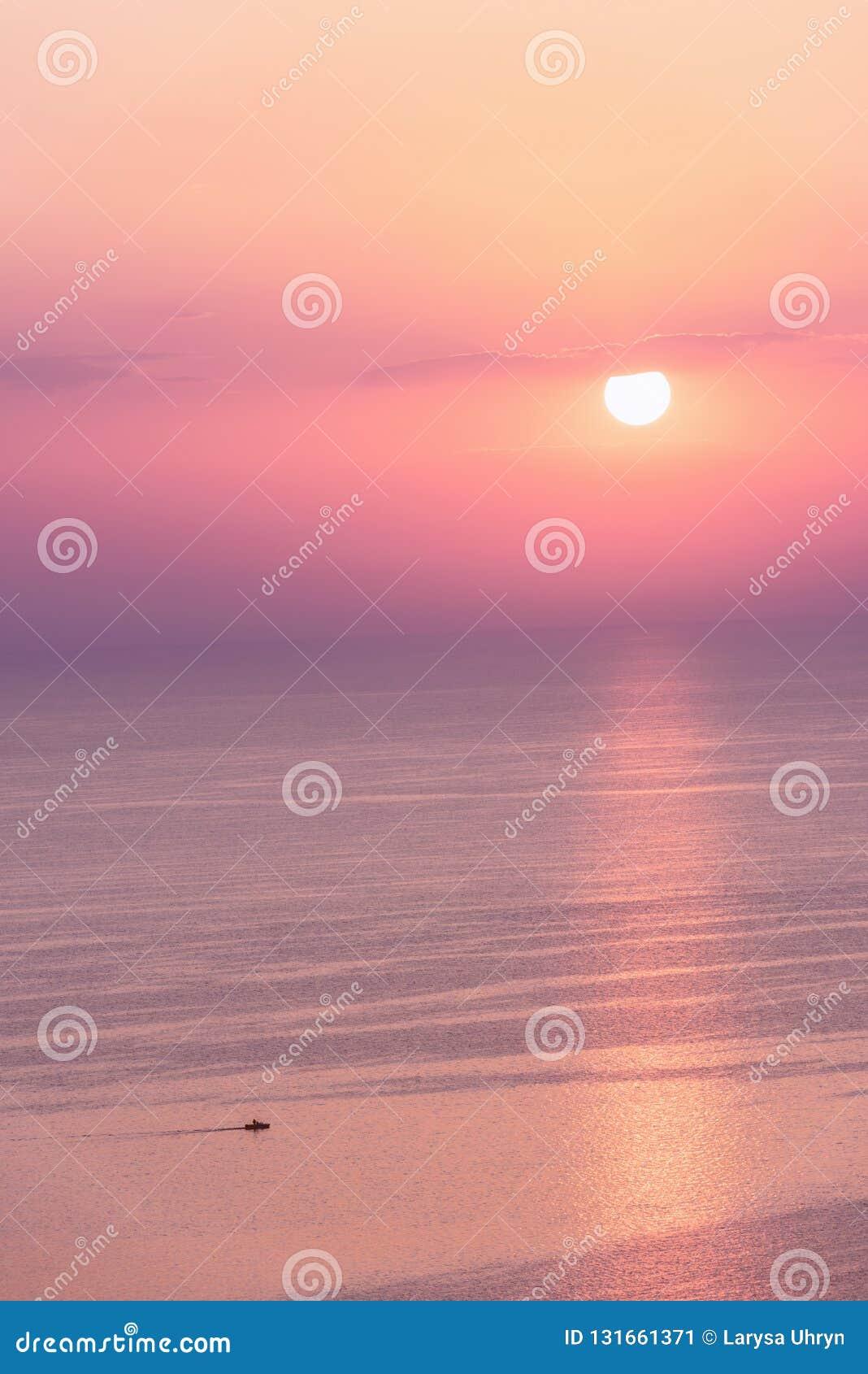Roze de zonsondergangzeegezicht van Nice op pastelkleuren, vrede en kalme openluchtreisachtergrond