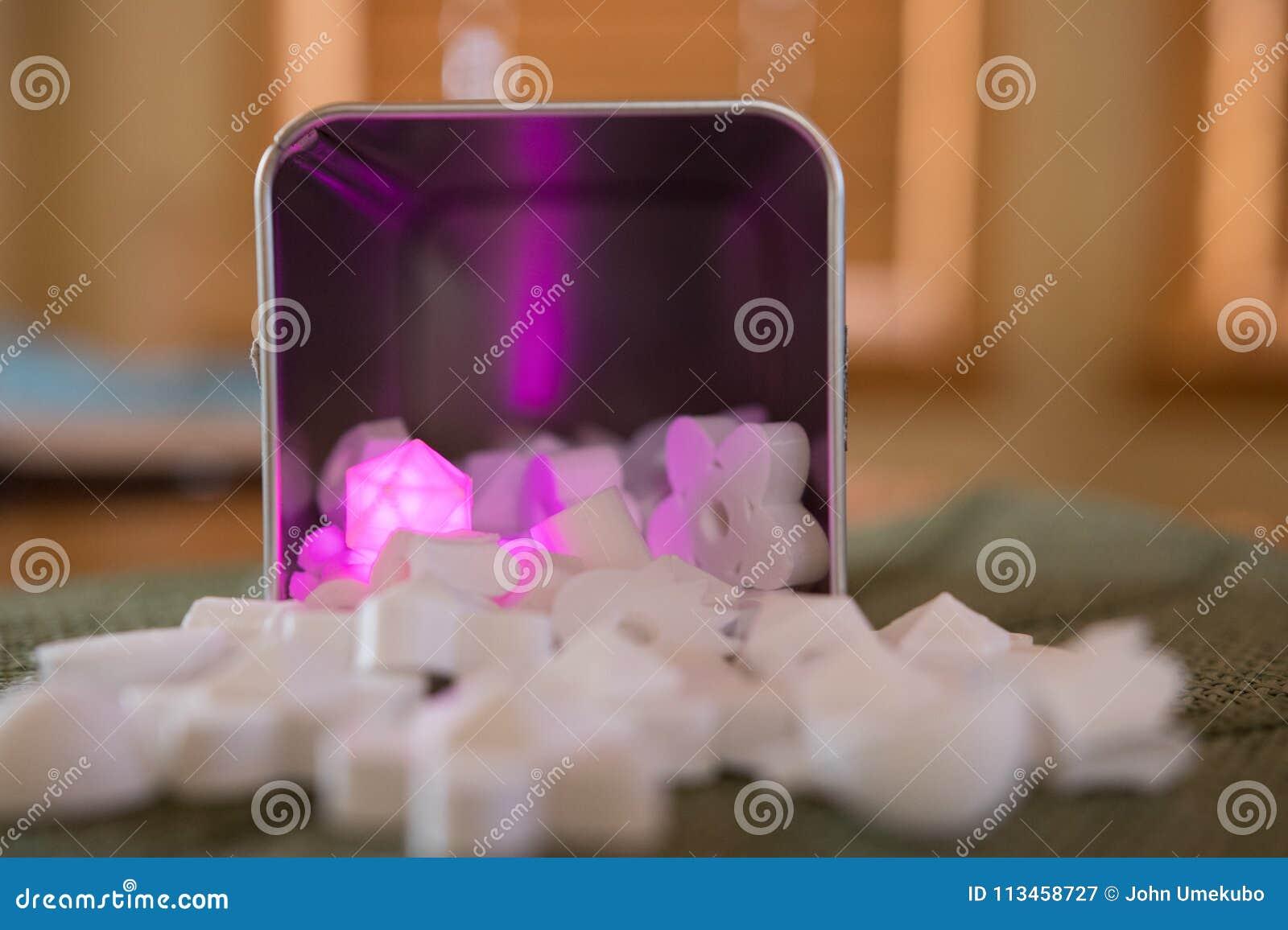 Roze diamant die onder de rest gloeien