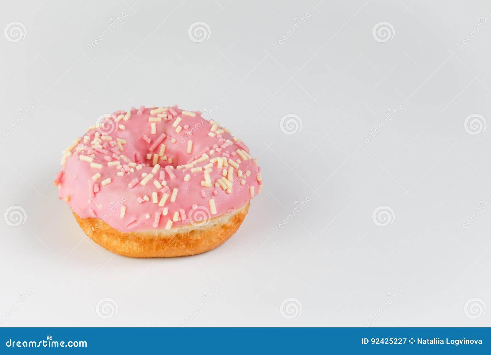 Roze doughnut op duidelijke achtergrond