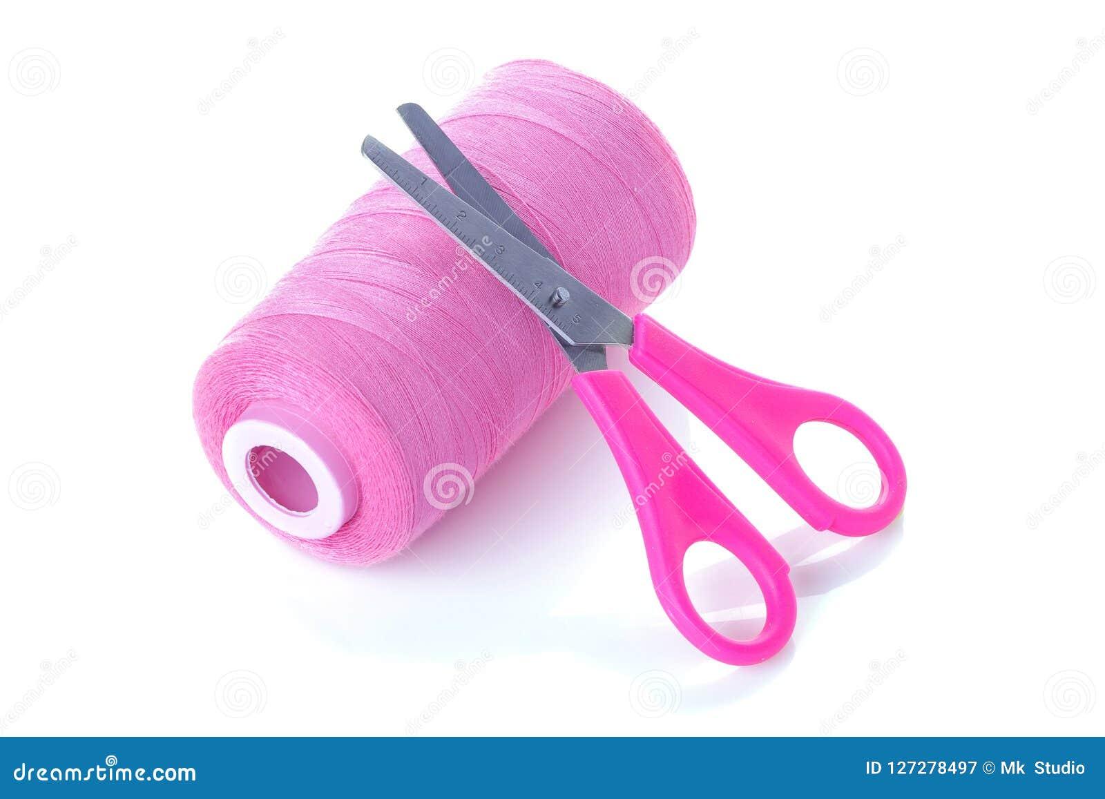 Roze draden en schaar op wit geïsoleerde achtergrond Toebehoren voor het naaien