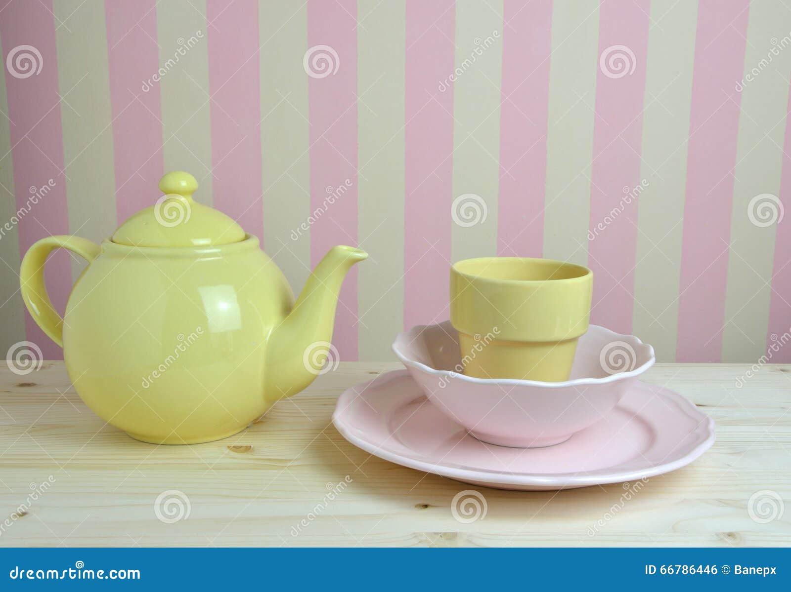 Roze En Gele Schotels In Keuken Stock Foto - Afbeelding: 66786446