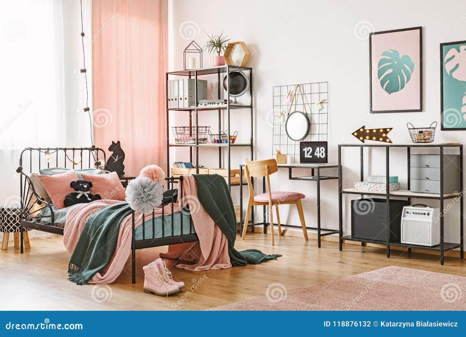 Roze Slaapkamer Stoel : Roze en groene vrouwelijke slaapkamer stock foto afbeelding