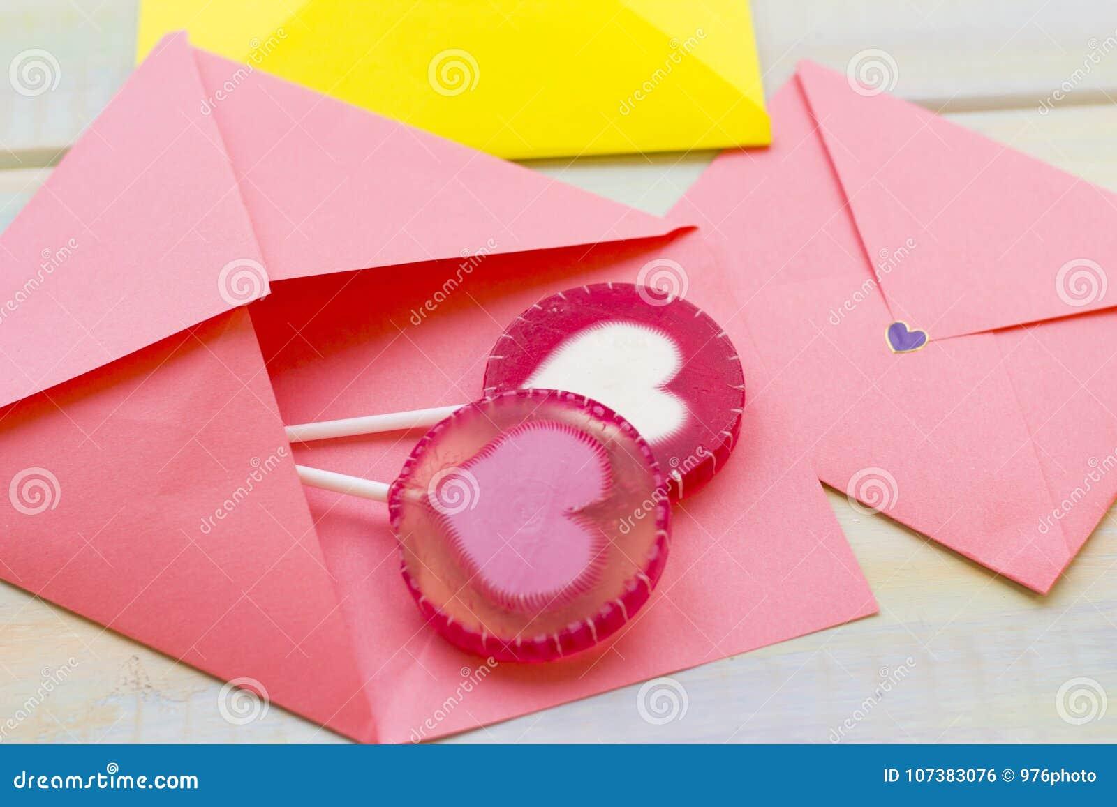 Roze enveloppen en suikergoed