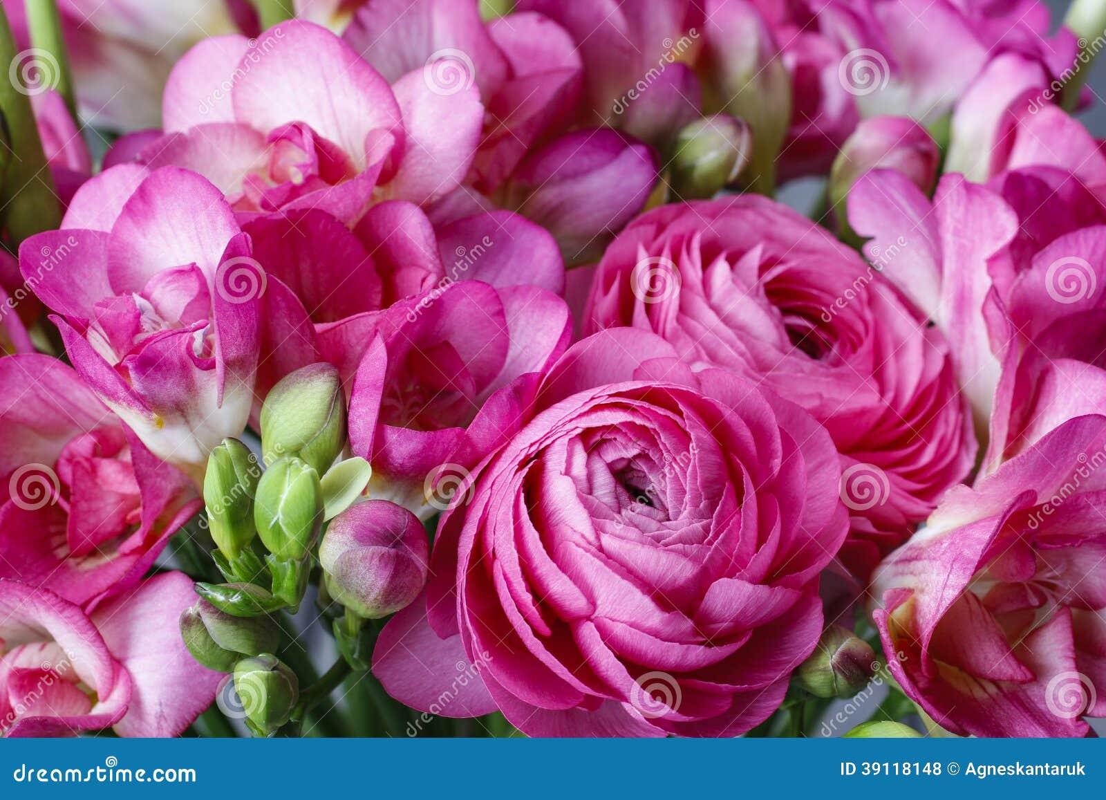 Roze fresia en Perzische boterbloemenbloemen
