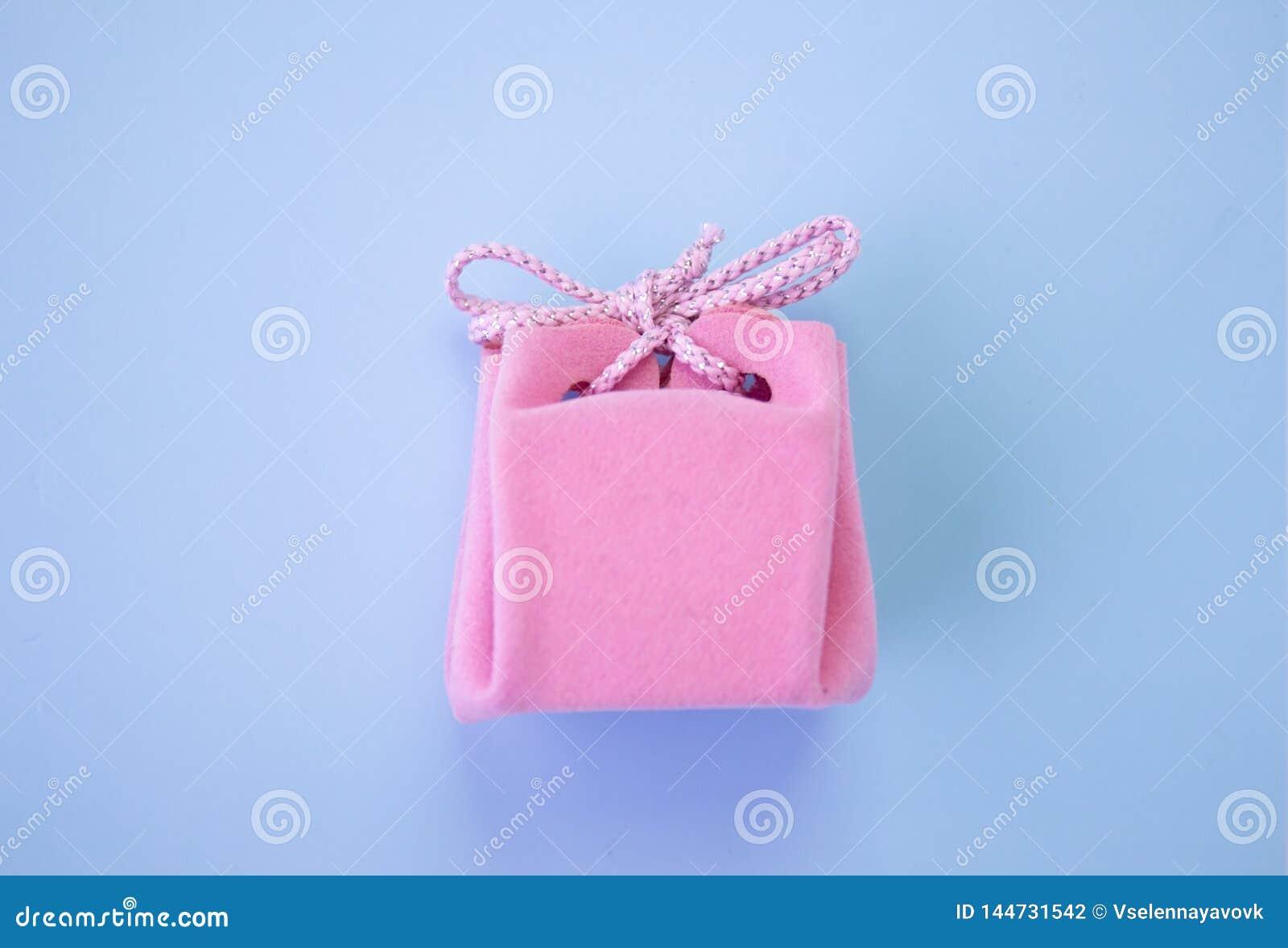 Roze giftdoos op een blauwe achtergrond Een kleurrijke vakantiegift Hoogste mening