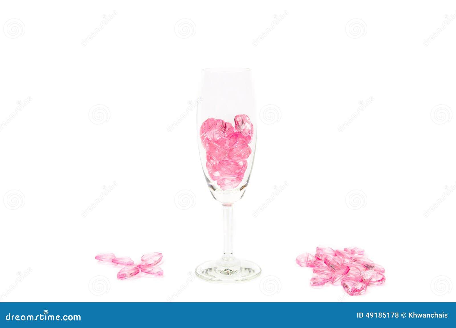 Roze hartenglas op witte achtergrond