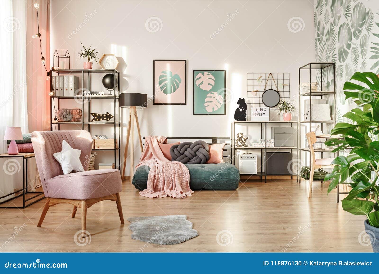 Roze Slaapkamer Stoel : Roze leunstoel in comfortabele slaapkamer stock foto afbeelding