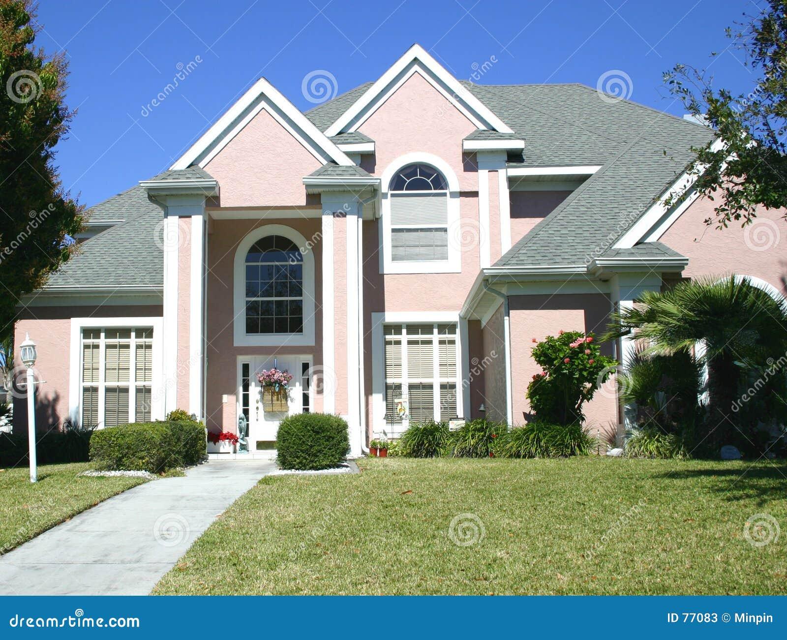 Roze met puntgevel huis