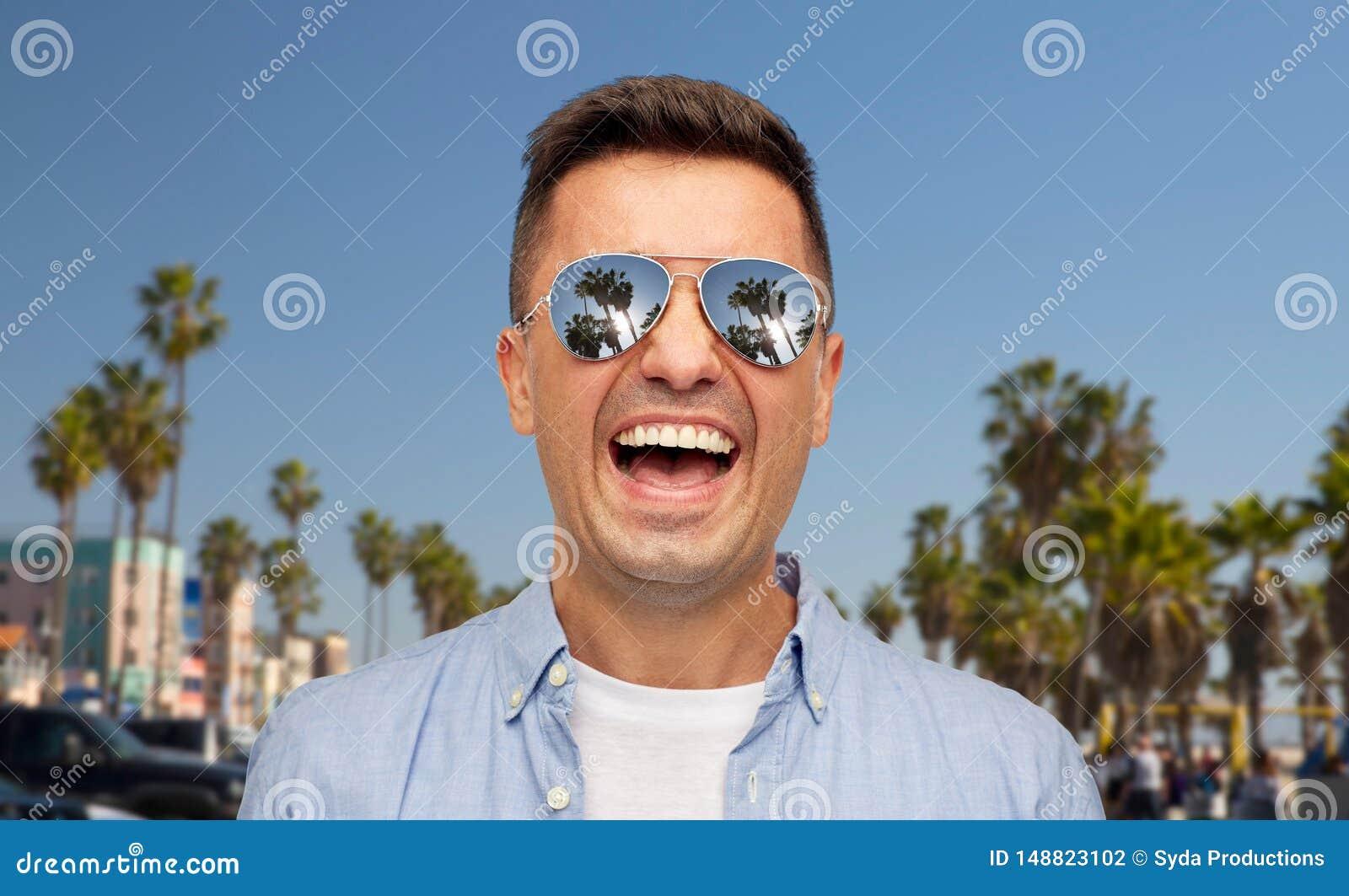 Roze?miany m??czyzna w okularach przeciws?onecznych nad Venice pla??