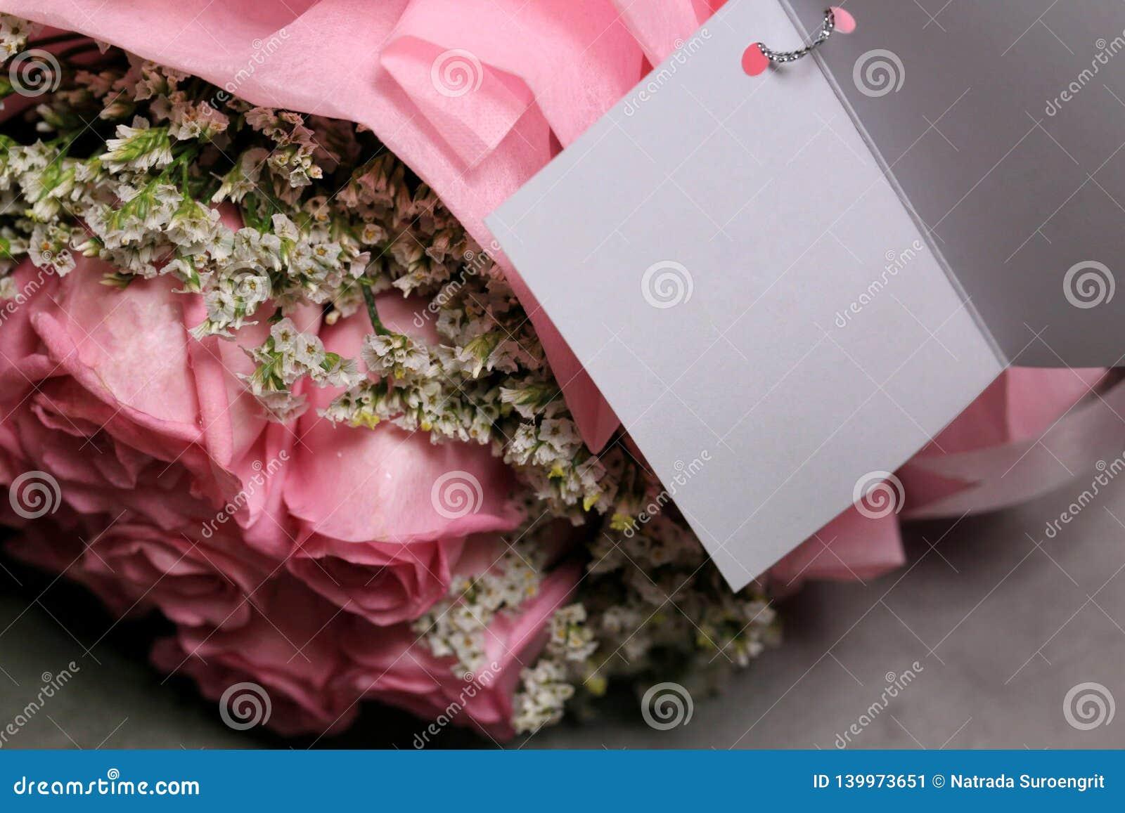 Roze nam boeket op zwarte cementachtergrond toe