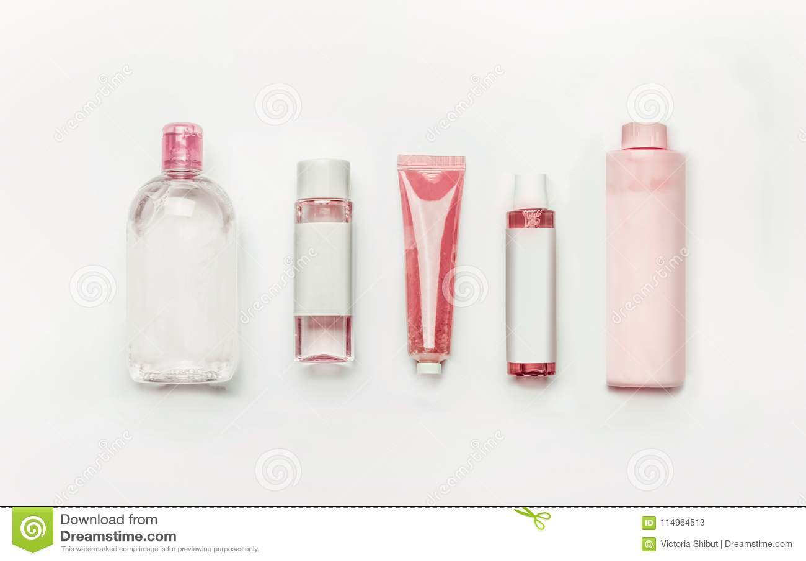 Roze natuurlijke cosmetischee producten: gel, lotion, serum, micellar water en toner, flessen en buizen met omhoog het brandmerke