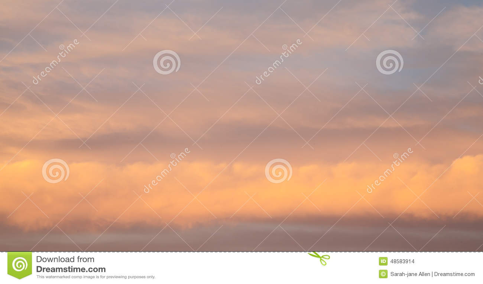 Roze Onweerswolken in Lagen Lijnen bij Zonsondergang