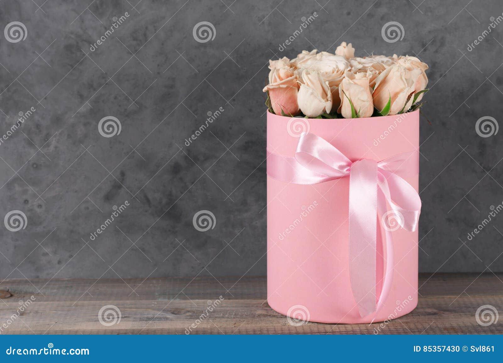 Roze rozen in giftdoos