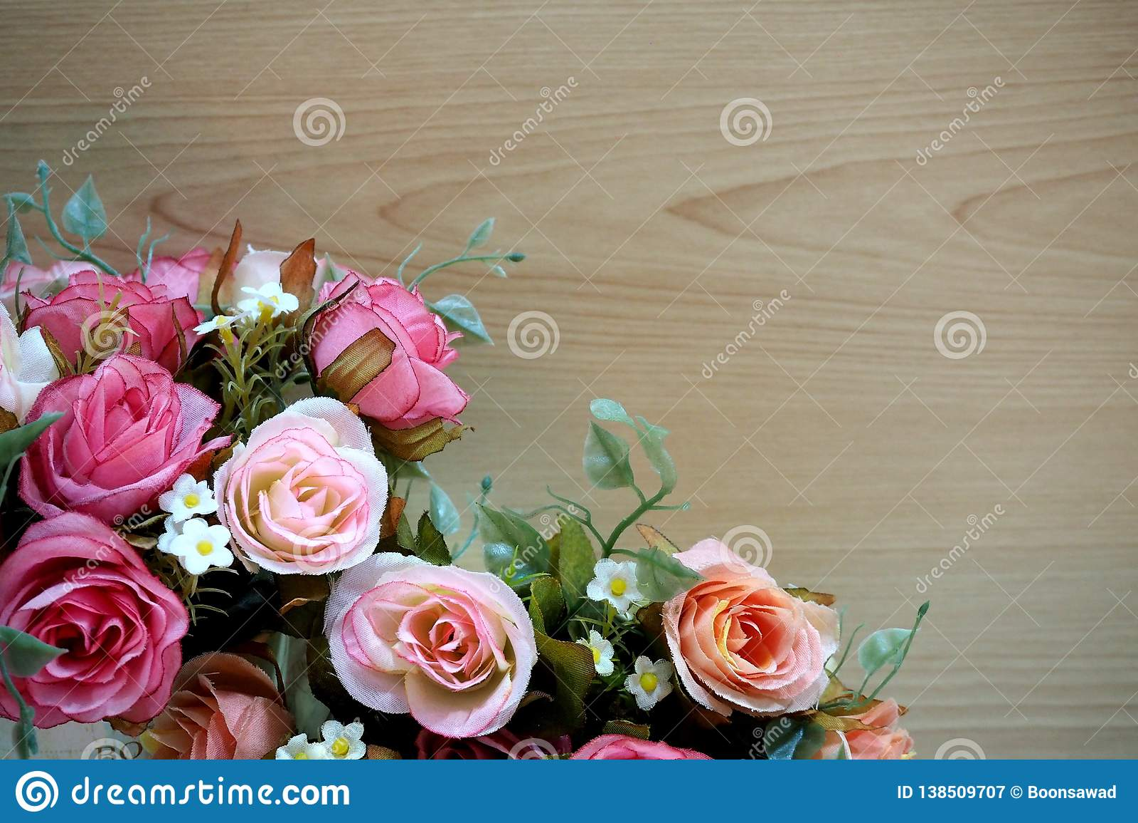 Roze rozen met houten achtergrond