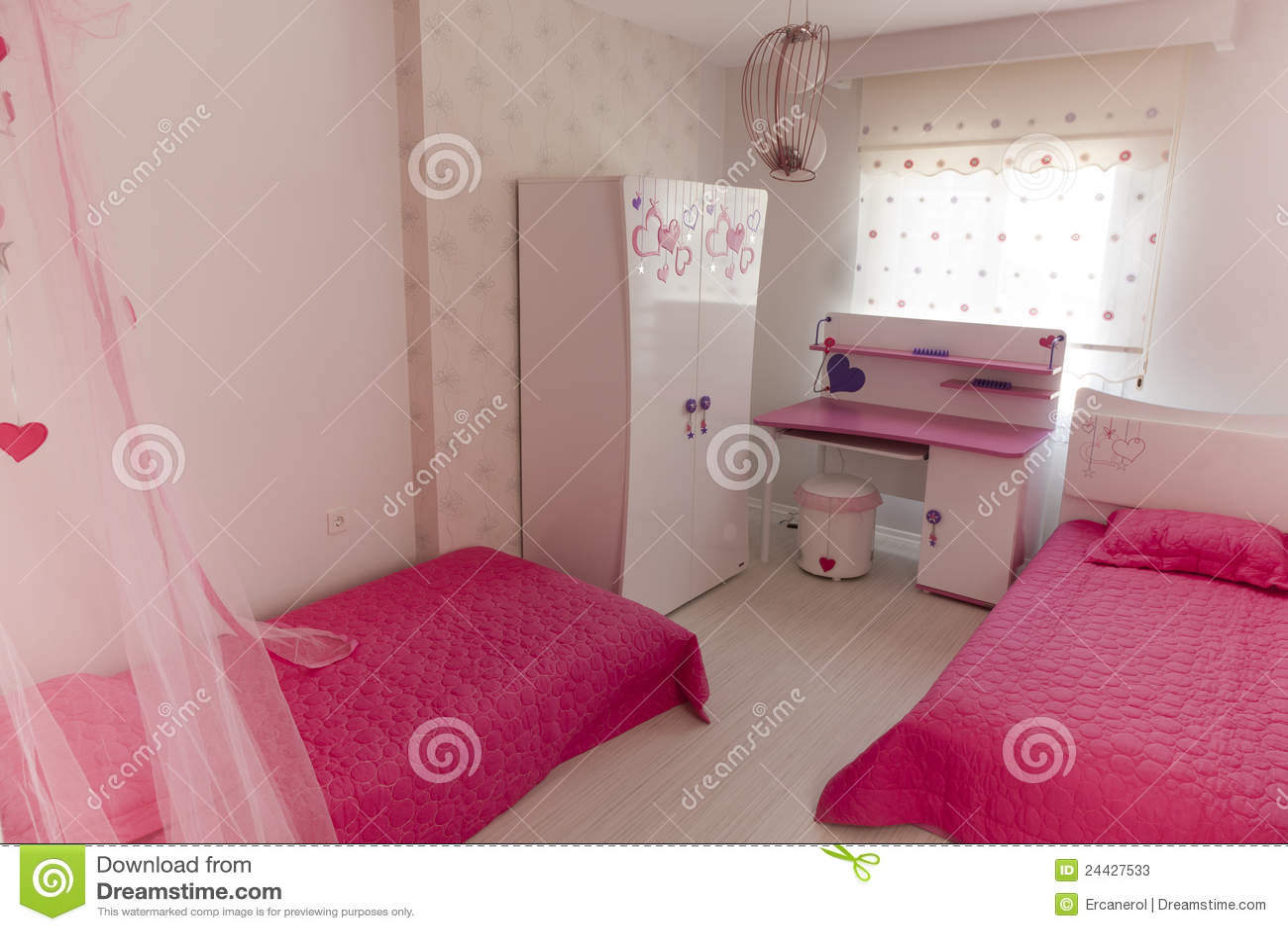 Roze slaapkamer bedden en bureau stock foto 39 s afbeelding 24427533 - Deco meisjes slaapkamer ...