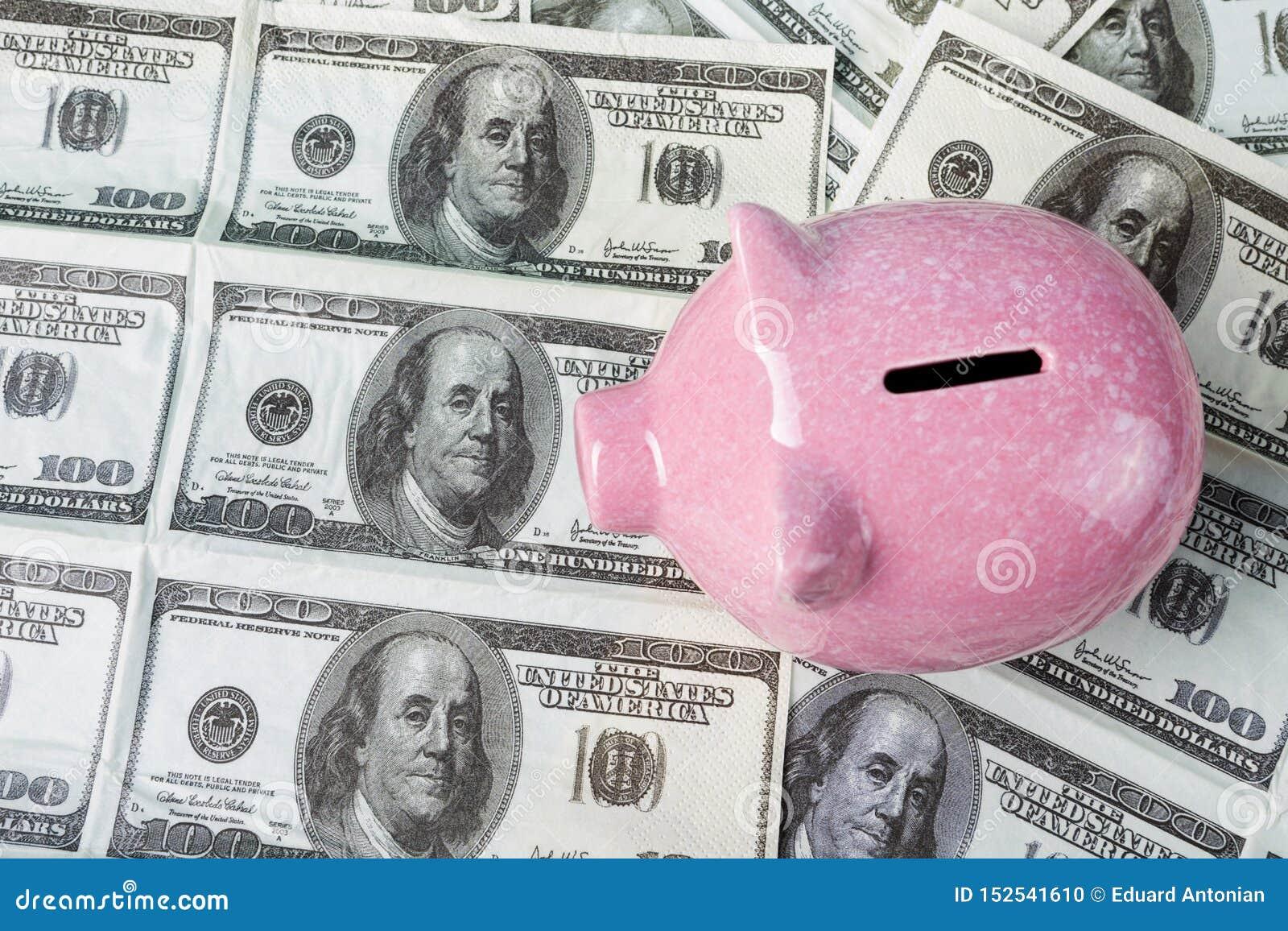 Roze spaarvarken op dollarrekeningen, concept financiën en accumulatie