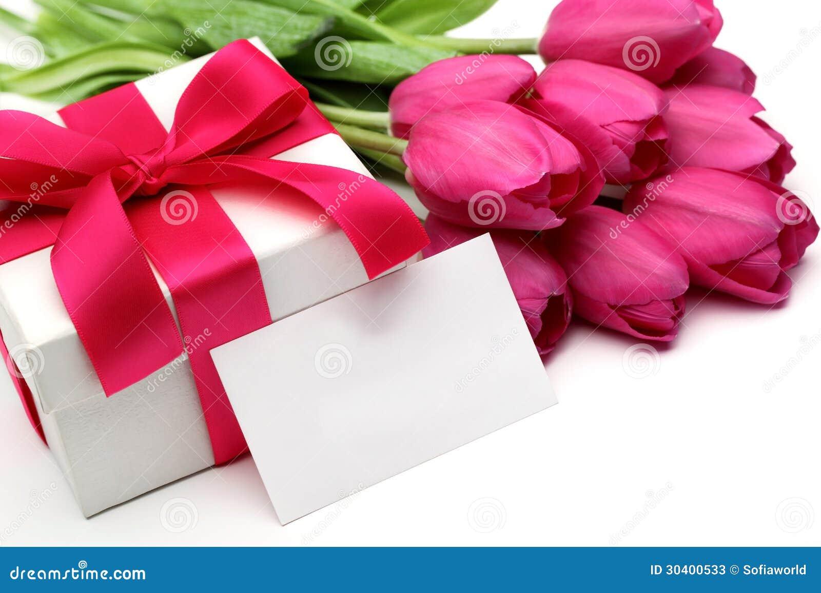 Roze tulpen, lege kaart en giftdoos