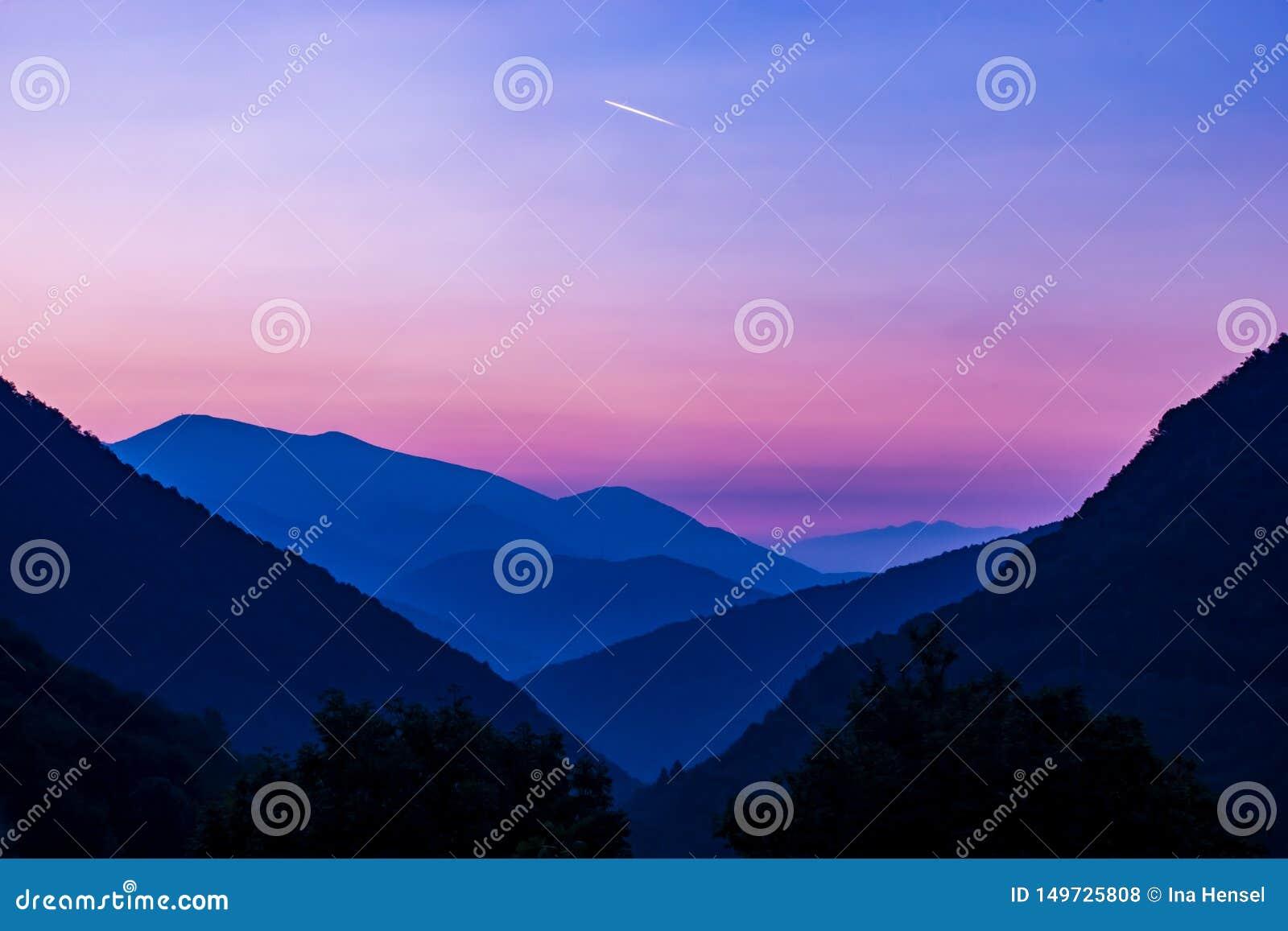 Roze zonsopgang over bergenlaggo magiore