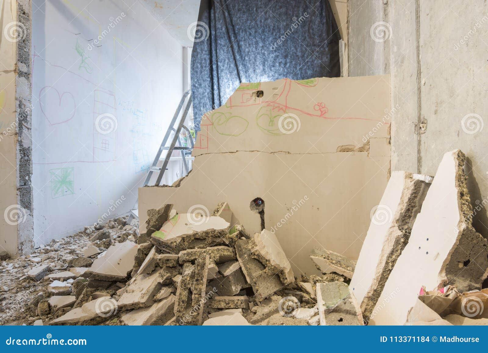 Rozebranie rozdziały w mieszkaniu, wokoło rozsypiska łamane części ściana